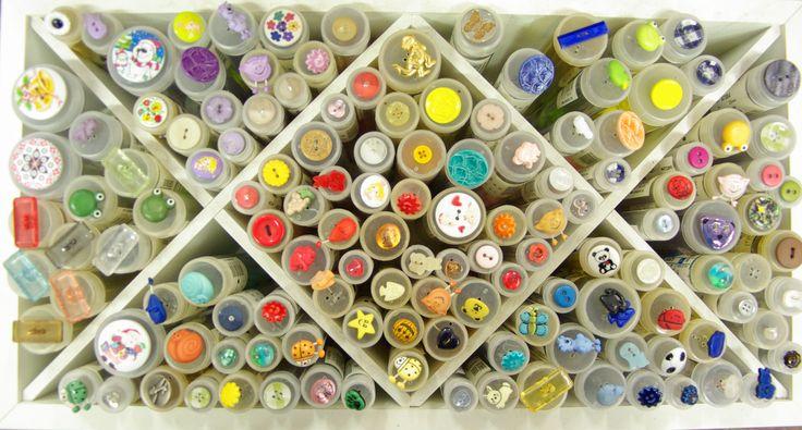Boutons enfantins et colorés disponibles au rayon Mercerie de votre magasin Ellen Décoration.