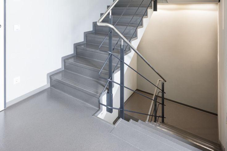 Não somos pisos vinílicos, somos pisos de borracha. Os pisos Nora são 100% de borracha, baseados em qualidade e sustentabilidade com mais de 300 variações de cores e design, totalmente ergonômico, certificação LEED, resistente a manchas, ao grande tráfego comercial e voltado para diversas aplicações. Instalação dos pisos norament® 926 satura no Schapfenmühle Ulm em Ulm | Alemanha.