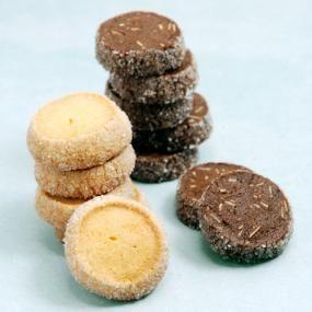 「ディアマン」とは、フランス語で「ダイヤモンド」の意味。クッキーの周りにつけるグラニュー糖がキラキラしている様子から、その名前がつきました。 冷蔵(凍)庫で生地を寝かせることから、「アイスボックスクッキー」と呼ばれるクッキーの一種でもあります。