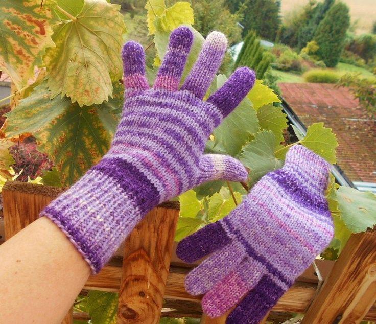 Rukavice+fialový+melír+ručně+pletené+rukavice+teplé,+pružné,+delší+na+zápěstí+nebude+foukat+do+rukávku,+zaručeně+nekousavé+na+každé+je+přechod+barev+jiný,+na+jedné+jsou+světlejší+proužky+než+na+druhé+tím+jsou+originální+a+jedinečné+krásný+fialový+melír,+fialová+se+mě+bohužel+dost+špatně+fotí