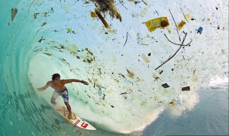 ¡Qué lástima y qué asco a la vez! ¿Cómo hemos llegado a tener los mares tan así de sucios, que ni siquiera puedes disfrutar de tus deportes marítimos favoritos?  No hay más que ver a este surfista y la basura que hay en esta cresta de ola...