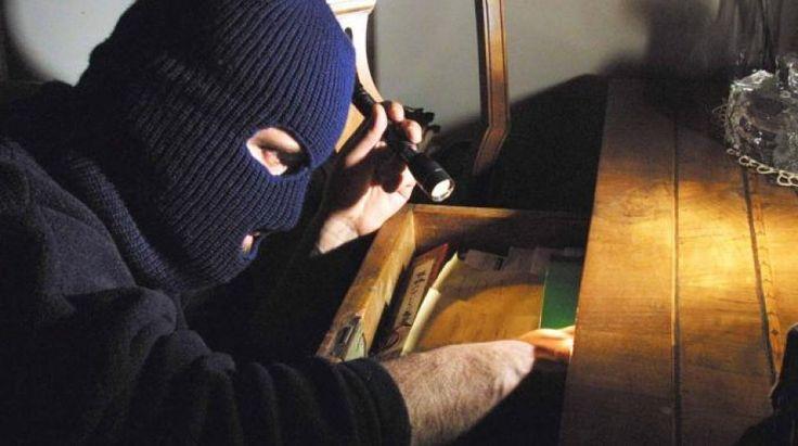 Catania, medico arruola ladri per svaligiare casa della ex moglie un noto medico catanese aveva assoldato una banda di ladri professionisti per commettere un furto nell'appartamento della ex moglie mentre si trovava in vacanza. L'intento dell'uomo era quello di dar #catania #furto #medico #ladri