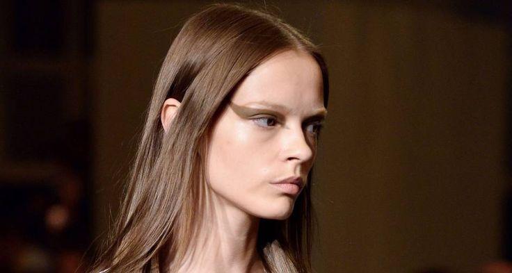 """Para a Givenchy, a maquiadora Pat McGrath descoloriu as sobrancelhas das modelos para destacar o delineador gráfico supergrosso feito com sombra marrom opaca. """"Riccardo Tisci queria que as meninas parecessem bravas"""", disse ela ao site """"Style.com"""" Foto: BERTRAND GUAY / AFP"""