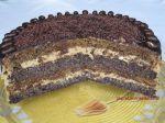 Tort makowy z masą kawową i śliwkami kalifornijskimi