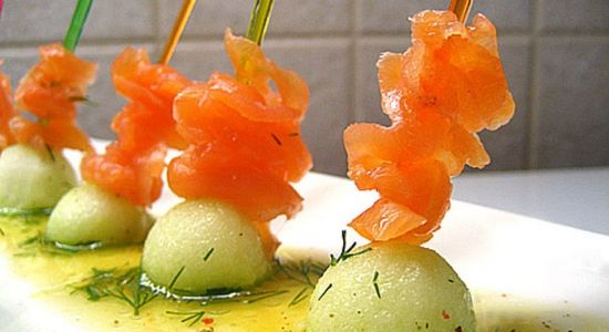 Копченый лосось с яблоком в апельсиновом маринаде.  http://www.domashniy.ru/article/eda/bystrye-recepty/kopchenyj_losos_s_yablokom_v_apelsinovom_marinade.html