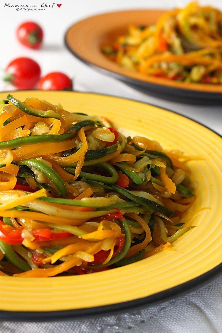 Gli spaghetti di verdure sono deliziosi come contorno, per condire la pasta, per preparare involtini e torte salate. Facili e velocissimi da preparare.