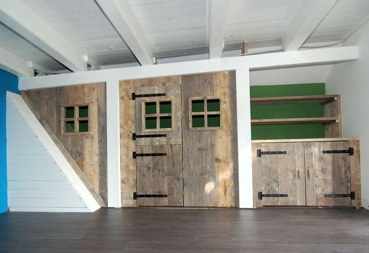 Speelhuisje / bedstee van gebruikt steigerhout met kast van muramura.nl