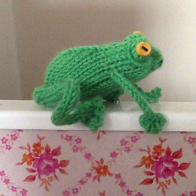 Frogs 'n' toads pattern by Claire Garland in 2020 ...