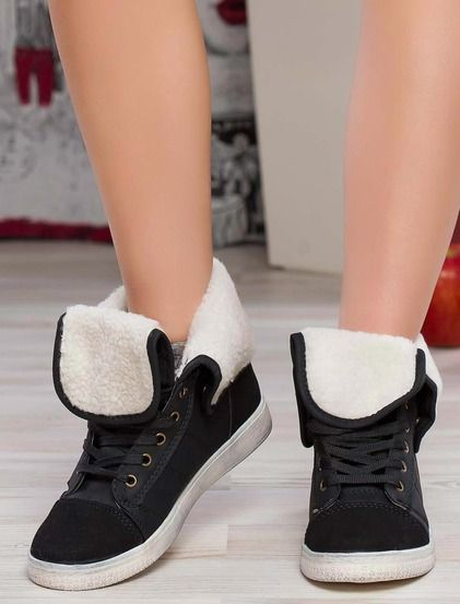 Χειμωνιάτικα σταράκια • Συνδυασμός από συνθετικό δέρμα και σαμουά • Flat συνδέσεις με μεταλλικούς δακτυλίους • Ζεστή επένδυση #boots #shoes #fashion