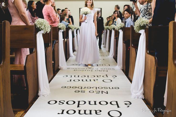 Tapete nave igreja plotado com texto bíblico 1º Coríntios 13. Decoração da igreja com mosquitinho. Veja mais desse casamento em: http://www.renatoganske.com.br/portfolio/casamentos/106175-silvia-andre-casamento-sao-bento-do-sul