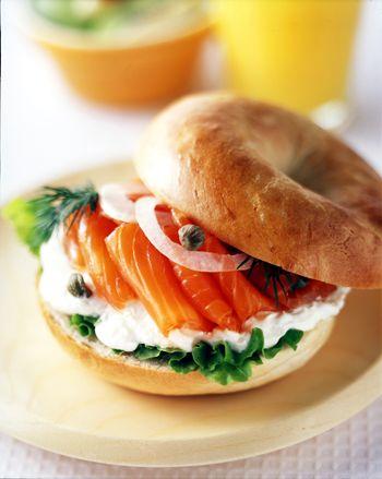 アメリカンスタイルのサンドでスモークサーモンが味わえます。 もちろん、食パンでのサンドイッチでも同じ要領で出来ます。 スモークサーモンスライス:3枚程度 ベーグルパン:1個(食パンでも代用できます) たまねぎ:少量 ケーパース:適宜 サニーレタス:1枚程度 クリームチーズ:適宜 調理例 ベーグルパンを真横にカットします。 カットした下のパンにサニーレタスを敷きます。 その上にクリームチーズ、サーモンをのせて、たまねぎやケーパースを適量飾り付けます。 最後に上のパンをのせて、出来上がり! ベーグルパンは切ってから少しだけ温めるとよいでしょう。 お好みで香草(ディル)をはさんでもおいしくお召し上がりいただけます。