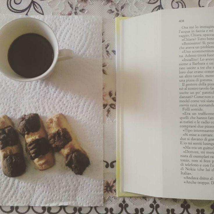 Libro  caffè  biscotti al cioccolato e mandorle = come iniziare al meglio la settimana!! Buongiorno lettori!  #libro #leggere #lettura #lunedi #monday #colazione #breakfast #books #bookstagram #instalibro #instabook #bookish #booklover #biscuits #biscotti #sweet #dolci #instasweet #instapic #instalike #seguimi #bookblog #amoleggere #coffee #instafood #bookporn #read