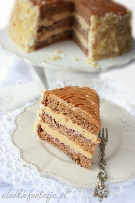 Pyszny tort kajmakowy. Orzechowy biszkopt nasączony ponczem na bazie rumu i wanilii, przełożony kremem z serka mascarpone, bitej śmietany i kajmaku.
