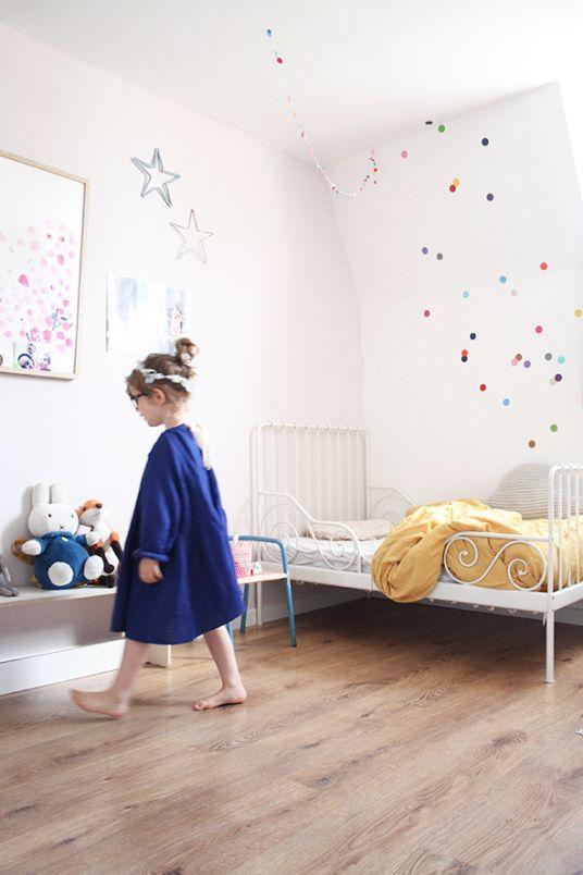 une chambre d'enfant clair et minimaliste avec un joli lit en fer forgé blanc