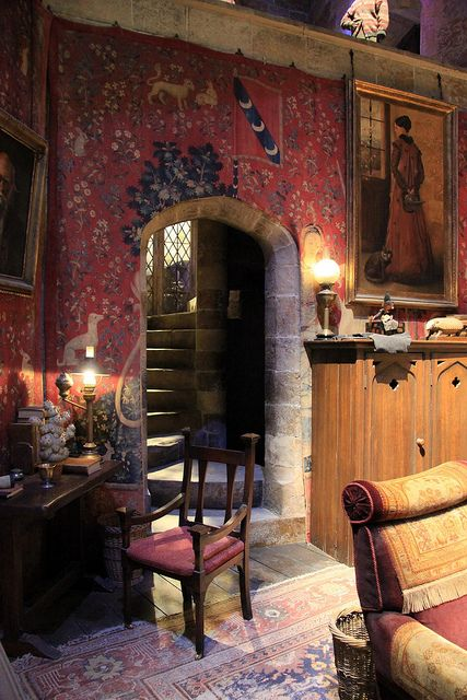 Another look at Gryffindor Common Room, Hogwarts at Harry Potter Studios  / <3