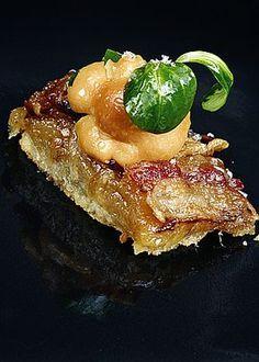 Sablé de Cabrales, cebolla y panceta con ensalada de setas