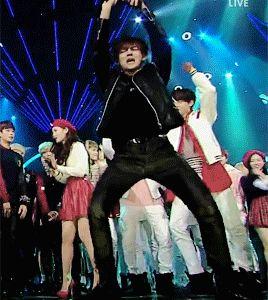 """Cette danse me fait tellement rire ! X""""3"""