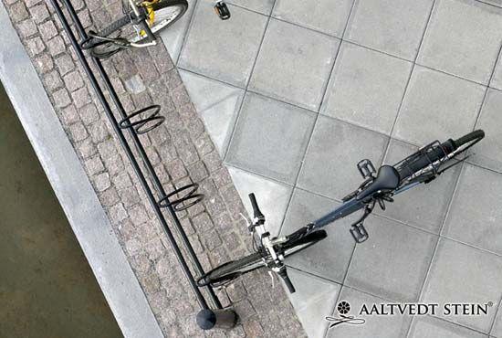 Aaltvedt Heller grå til Porsgrunn sentrum.  http://www.aaltvedt.no/produkter/belegningsstein-og-heller/heller/heller-torrstopte
