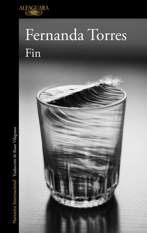 """""""Fin"""", de Fernanda Torres. Fernanda Torres, la autora revelación de la literatura brasileña, da voz a una generación perdida y retrata a todo un país. Una magnífica novela que demuestra que en todo el mundo vivir crea las mismas heridas."""