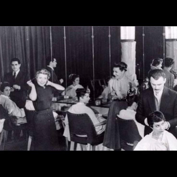 Λατρεύουμε αυτή τη φωτογραφία του Patrick Alès στο The Gervais Salon τη δεκαετία του '50. Είναι με τις αδελφές Carita. Ο Patrick Alès έγινε κομμωτής μετά από μια σειρά σπουδών σε ένα από τα μεγαλύτερα κομμωτήριο στο Παρίσι εκείνη την εποχή, το Louis Gervais Salon, με περισσότερους από 100 εργαζομένους στα Ηλύσια Πεδία. Ήταν το καλοκαίρι του 1946, λίγο πριν ξεκινήσει το Πανεπιστήμιο. Μετά από ένα μήνα, ανακοίνωσε στον πατέρα του ότι δεν ήθελε πια να γίνει αρχιτέκτονας, αλλά κομμωτής!