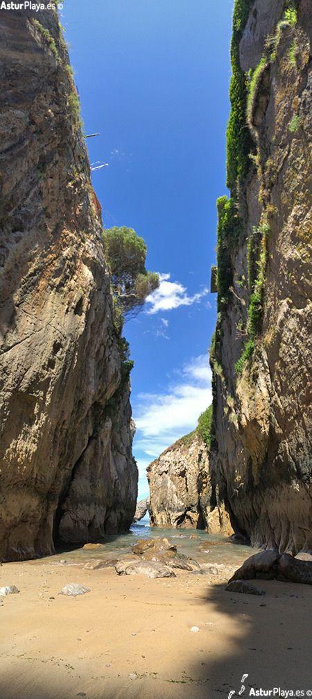 La Canal (Llanes) labrada al fondo de un estrecho y alargado cañón. Si a su magnífica arena se le añade el paisaje kárstico circundante y el gran espectáculo de un cercano bufón hacia el oeste, se entenderá el interés por esta diminuta playa de sólo 25 metros de longitud.