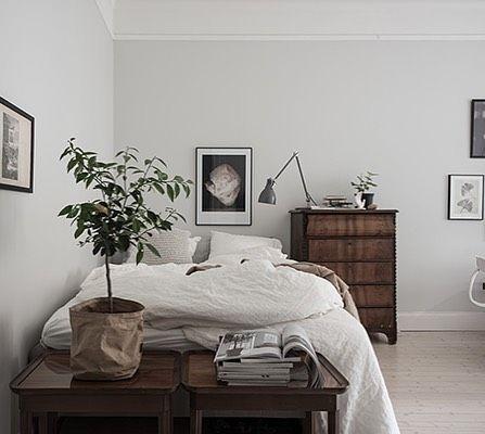 Att inreda en 1ROK med säng soffa och alla andra nödvändigheter kan vara en utmaning. Här har min duktiga bransch-kollega @styledbyemmahos löst det superfint genom att rama in sängen med en hög byrå (perfekt till förvaring) och på borden vid sängkanten placerat en grön växt och magasin för att skapa blickfång #inredning #interiordesign #styledbyemmahos #homestyling #homestaging #interior #design #decor #compactliving #bedroomdecor - Architecture and Home Decor - Bedroom - Bathroom - Kitchen…