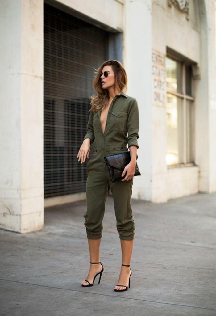 look pantalon kaki, femme bien habillée, sandales et sac à main noirs