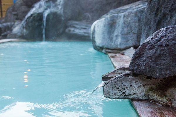 高濃度の硫黄泉を多彩な風呂で楽しむ高湯温泉の源泉の数は10カ所もあり、毎分3,258リットルを湧出する豊富な湯量が自慢です。この源泉を9軒の宿と1軒の共同浴場で引湯しており、加水・加温なしの贅沢な源泉かけ流しの湯を楽しむことができます。最初