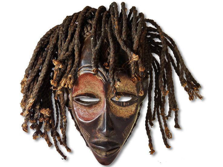 Hier können Sie eine dekorative Chokwe Maske erwerben. Diese Maske vom Stamm der Chokwe wurde in kunstvoller Handarbeit aus Holz geschaffen und mit einem Kopfkorb ausgestattet. Diese traumhafte Chokwe Maske hat eine Höhe von ca. 34cm. Zögern Sie nicht im Entferntesten und kaufen Sie jetzt.#ChokweMaske #MaskevomStammderChokwe #Chokwe #Wandmaske #Holzmaske