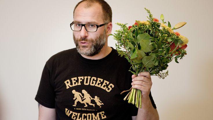 Oliver Hˆfinghoff, bisheriger Fraktionsvorsitzender der Piraten-Partei, erh‰lt am 20.05.2014 im Rahmen einer Fraktionssitzung in Berlin einen Blumenstraufl f¸r seine geleistete Arbeit. Foto: Jˆrg Carstensen/dpa