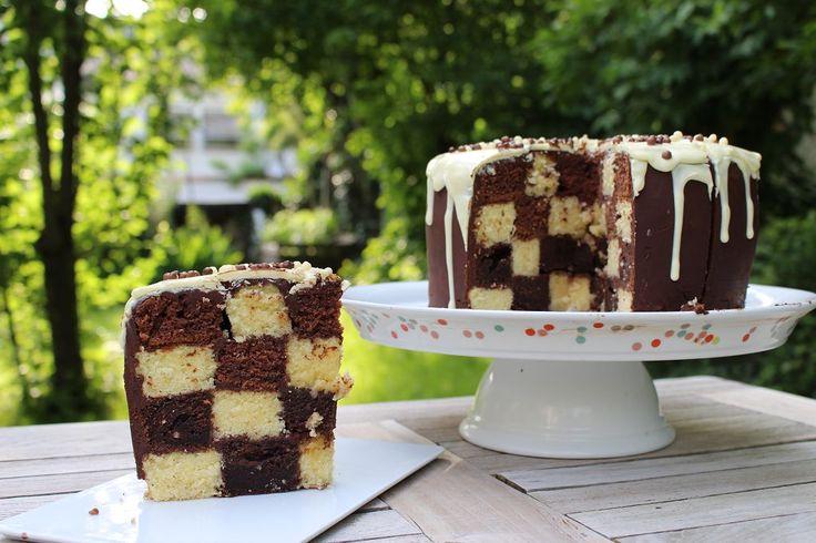 Ein Schachbrett Muster in einen Kuchen zu bekommen, ist einfach und man brauch dafür auch keine extra Form. Ich habe es heute mit einem Marmorkuchen versucht, man kann ihn aber natürlich auch bunt …