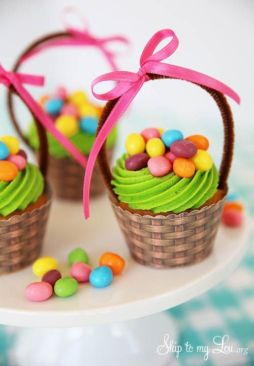 Free printable basket cupcake wrapper. These little Easter basket cupcakes are so easy with your favorite cupcake and frosting recipe. Simply print, cut and assemble. #easter #print #cupcake skiptomylou.org