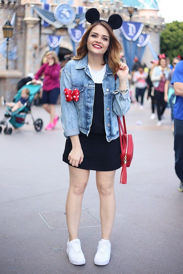 Look inspirado na Minnie e no Mickey pra passar um dia na Disneyland da California. Vestido jardineira, camiseta branca, orelhinhas, tênis branco, bolsa Gucci vermelha.