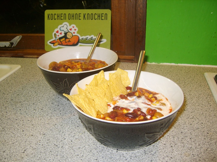 """Ingestuurd door Kristel Lala met het volgende recept:    """"Taco Bowl (4 pers.)  Supersnel, simpel, lekker èn goed vullend. Extra bonus: je maakt maar één pan vies!    - Twee gesnipperde uitjes  - Gesnipperde knoflook naar smaak  - Bonenmix (Uit blik. Bv. kidneybonen, chilibonen, bruine bonen)  - Mais  - Olijfjes  - Zongedroogde tomaatjes  - Blik gepelde tomaten  - Zakje taco-kruiden (bv van AH)  - Sojaroom  - Tortillachips  ..."""