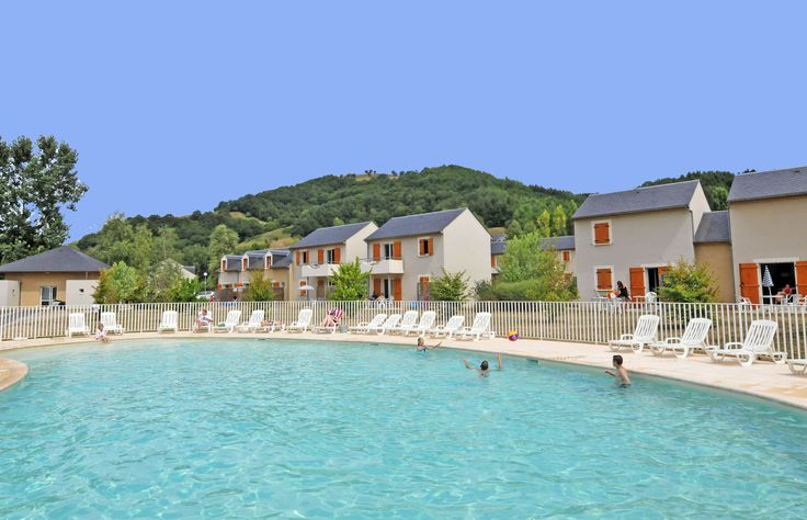 Profitez de la piscine extérieure à St Geniez d'olt, au Village Goelia