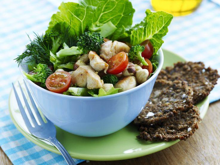 Broccolisalat med kylling og rugbrødschips