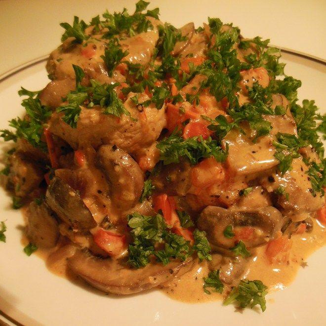 Sund mad behøver så absolut ikke at være kedeligt! Enhver middagsgæst vil værdsætte at få serveret denne super lækre cremede mørbradgryde... 590g afpudset svinemørbrad, skåret i 2-3 cm skiver 155g rødløg i tern 460g friske brune champignon i skiver 285g rød... #aftensmad #kalorielet #proteinrig