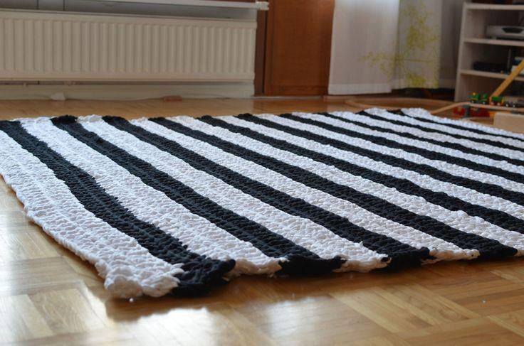 musta-valkoinen virkattu matto - Kahdet rillit huurussa | Lily.fi