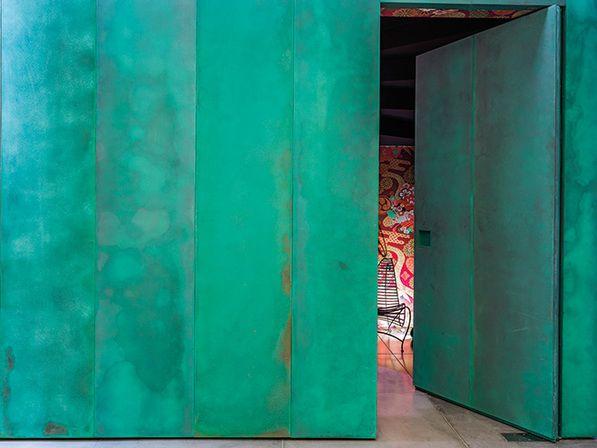 apartamento vila nova | projeto: claudia haguiara | a caixa metálica de tom esverdeado é também o elemento estético mais marcante do projeto