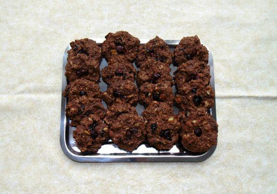A kész zabpelyhes kekszeket tedd egy szép dobozba vagy tálcára. A rusztikus kis kekszek nemcsak finomak, liszt- és cukormentesek, de rájuk nézni is öröm.