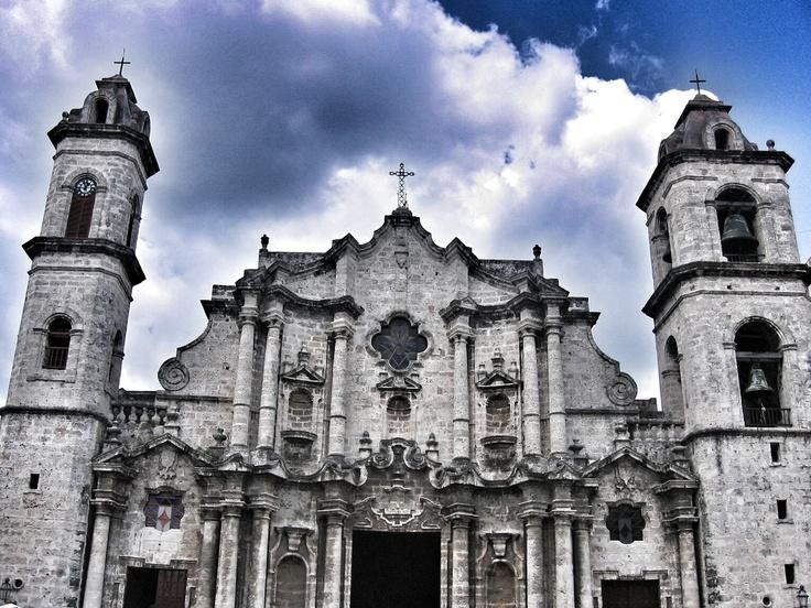 Leticia Pérez Sánchez: La Catedral de la Virgen María de la Concepción Inmaculada. La Habana (Cuba). Febrero 2008. Plano contrapicado a color. JPEG 1529 x 1147 píxeles. 72 ppp.