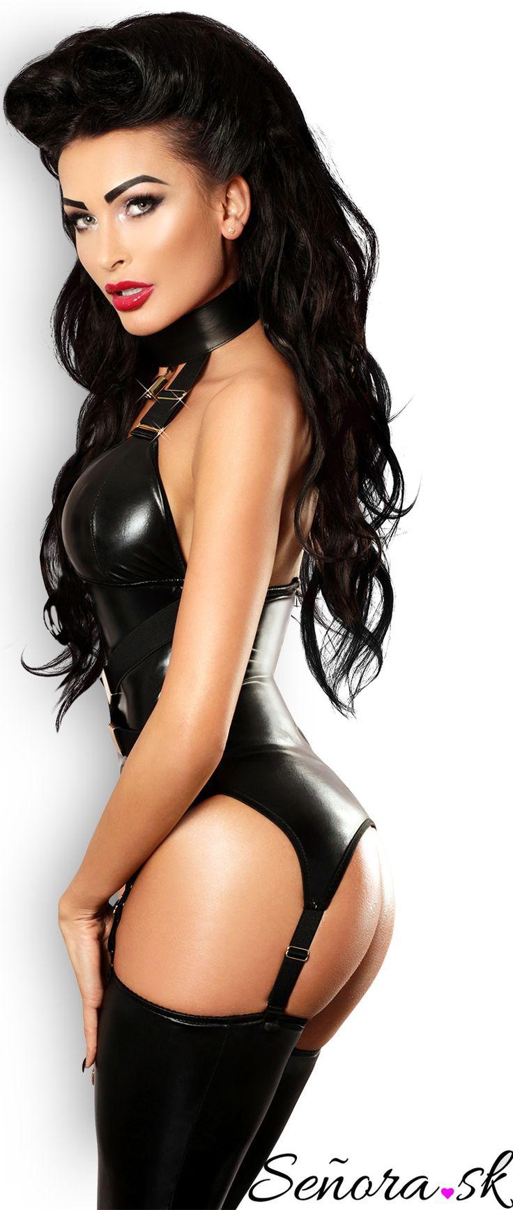 Lukratívne erotický set Admirable si zamilujete. Zvodný komplet je dokonale vyšperkovaný zlatou výzdobou a kladkou. Set sa skladá z priliehavého body v dráždivej čiernej farbe, so zapínaním na zips v zadnej časti a čiernych tango nohavičiek. Podväzky sú nastaviteľné. Spestrite svoj sexappeal dámy s erotickým setom Admirable. #spodnepradlo #senorask #ciernepradlo #musimmat