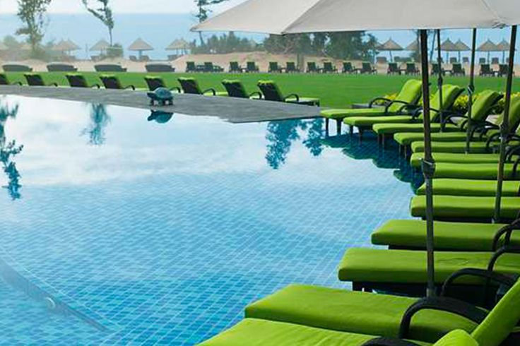 Nestled in beautiful Sanya Haitang Bay, DoubleTree Resort by Hilton Hotel Sanya Haitang Bay is located amongst tropical gardens that lead to a pristine white beach. You may enjoy a swim or go shopping at Haitang Bay Duty Free Center. #SanyaRepin #SanyaHeartstoHearts It's October now and the Christmas/New Year holiday is just 2 months away. Book now from http://buff.ly/2dvA0co @DoubleTree by Hilton #Sanya #Whererefreshingbegins #BeachHoliday #Vacation #Hotel #Leisure #Luxurylife #Getaway…