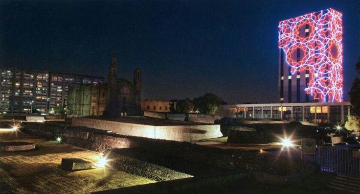 Instalación luminosa en CCU Tlatelolco llamada Xipe Totex