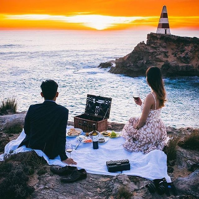 A picnic by the sea to watch the day turn to night, how glorious! @duydash has been road tripping with @avisaustralia and #RobeSA was the final hoorah for the adventure, what a sunset we gave them!  #TakeMeBackToRobe #SouthAustraliasFavouriteSeasideTown