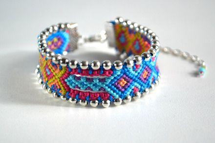 Ce bracelet brésilien plat tissé en fil de coton est customisé à l'aide de petites perles en métal argenté.  Principales couleurs : turquoise, vert anis, rose, violet, saum - 14575595