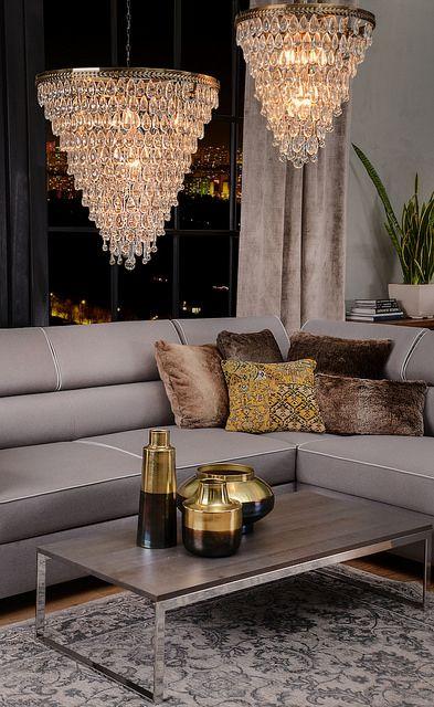 """LAMPA WISZĄCA O ŚREDNICY 46CM Nie bez powodu kolekcja tych kryształowych żyrandoli nosi nazwę """"1920 Gatsby"""". Inspirująca podróż do lat 20. przenosi nas w niezwykły świat luksusu, nowojorskiego przepychu i awangardy."""