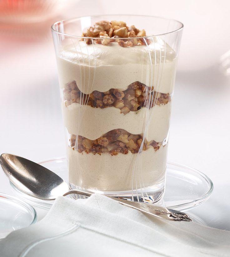 Ein sahniges Dessert mit karamellisierten Walnüssen