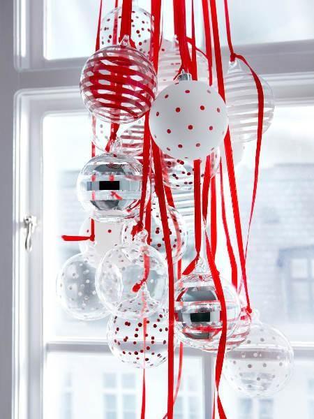 """<p/><p><h2>Festliche Weihnachtsdeko</h2></p><p>Wir sind im Rausch der Kugeln und erfreuen uns an <b>Weihnachtdeko zum Kaufen</b> aus Glas in Weiß und Rot.</p><p><i>(JULMYS Hängedekoration-Set Kugel, ca. 14.99/42-tlg., Ikea)</i></p><p><b> <a href=""""http://w"""