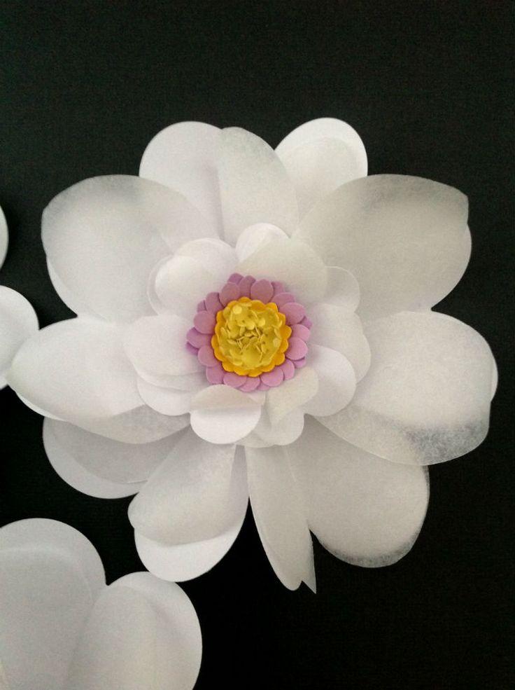 STORE BLOMSTER I HVID OG PASTEL Pynt bordet med struttende blomster i hvid og patelfarverne lyserød, lysegrøn og lyselilla. Blomsterbordpynt fra www.jannielehmann.dk